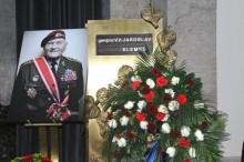 Lidé se naposled rozloučili sposledním výsadkářem z2.světové války. Nechyběli ani zástupci Velitelství výcviku – Vojenské akademie