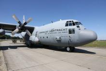 Šedesát výsadkářů, mezi nimi inaši příslušníci, pomáhalo scertifikací armádních padáků naletouny Hercules