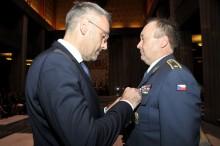 Velitel Velitelství výcviku-Vojenské akademie převzal vysoké resortní vyznamenání