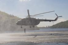 Vojenští potápěči a výsadkáři cvičili na Dark Blade 2019 nad vodní hladinou, včetně specialistů VeV-VA