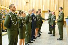 Uniformy dalších 252 vojenských profesionálů zdobí bronzové či stříbřité odznaky absolventa kariérového kurzu