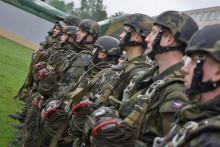 Premiérový výsadkový kurz pro aktivní zálohy se chýlí kekonci: Záložníci přepisují vojenskou historii prvnímí seskoky
