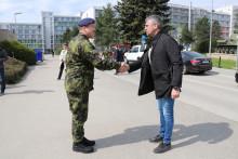 Oceňuji profesionalitu vojáků ivýcvikové možnosti naší armády, řekl ministr Metnar při návštěvě Vyškova