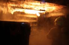 Vojenští hasiči cvičili vohňovém trenažéru Fire Dragon9000. Jako první vČesku si jej vyzkoušeli inaši příslušníci