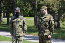 Europoslanec sundal oblek anavlékl maskáče. Lehčí o14kilo prošel Zdechovský vojenský kurz