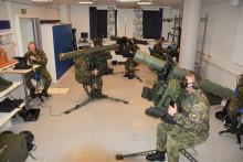 Ve Švédsku se školí instruktoři nanový typ protiletadlového raketového kompletu. Mezi nimi ispecialista VeV-VA