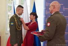 Polský prezident ocenil českého vojáka. Je jím příslušník Praporu zabezpečení Vyškov