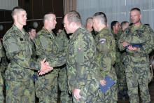 Slavnostní vyřazení kurzů základní přípravy. Noví vojáci avojákyně míří kútvarům ijednotkám aktivní zálohy