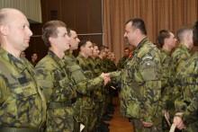 Záložníci adobrovolníci složili vojenskou přísahu a převzali absolventské dekrety oabsolvování základního výcviku
