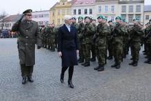 Sloužit vlasti je osobní rozhodnutí a já jsem na vás hrdá, řekla ministryně obrany ve Vyškově