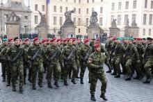 Noví vojáci přísahali na Hradčanském náměstí věrnost České republice, policisté ahasiči složili slib