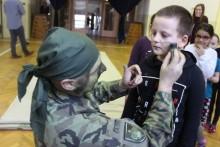 Tucet profesionálních vojáků zavítal mezi žáky skurzem Komando isesvou výstrojí