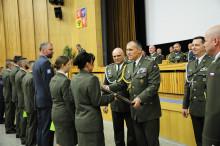 """""""Praporčická škola"""" má další absolventy. Čestný meč pro nejlepšího obdržela žena"""