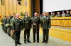 Uniformy dalších 252vojenských profesionálů zdobí bronzové či stříbřité odznaky absolventa kariérového kurzu