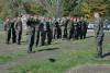 Bílé povlaky na přilby předány 16armádním profesionálům. Ti vnich bojují oúspěšné absolvování elitního bojového kurzu Komando